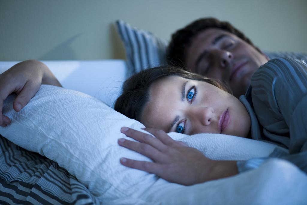 Женщина не может уснуть